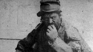 Градските легенди за мистериозният мъж с кожения кожух