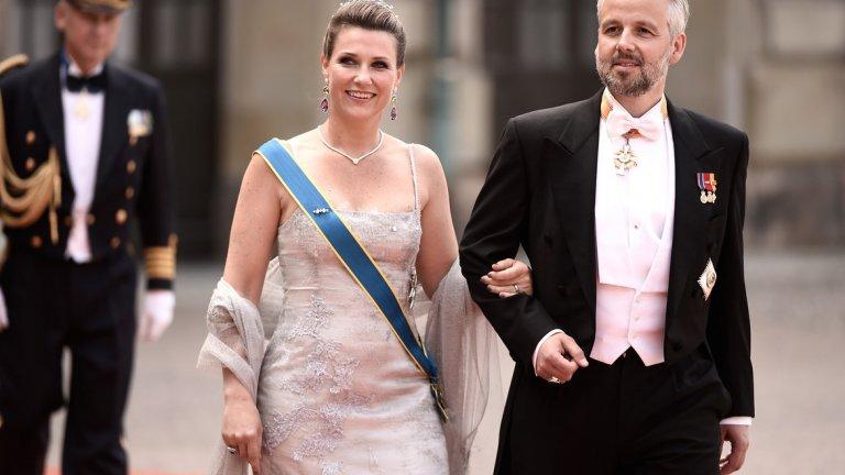 През 2002 г. амбициозният млад писател се жени с пищна церемония не за когото и да е, а за принцеса Мерта-Луизе, първото дете на норвежкия крал Харалд V.