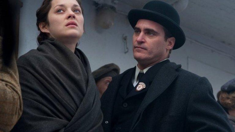"""""""Имигрантката"""" (16 май)  Този филм също беше показан и в България. Режисьор е Джеймс Фрей, а в ролите можем да видим Марион Котияр, Джереми Ренър и Хоакин Финикс. Марион Котияр влиза в ролята на полска имигрантка в САЩ и прави една от най-добрите роли за годината.  Действието се развива през 20-те години на 20-ти век. В търсене на ново начало и на американската мечта, Ева Цибулски (Марион Котияр) и сестра й Магда напускат родната си Полша и отплават за Ню Йорк. Когато пристигнат на остров Елис, лекарите откриват, че Магда е болна и разделят двете жени. Ева е пусната да се скита по враждебните улиците на Манхатън, докато сестра й е под карантина. Сама, без да има към кого да се обърне и отчаяна в желанието си отново да се събере с Магда, тя бързо става жертва на Бруно (Хоакин Феникс) - обаятелен импресарио (сутеньор), който я приютява и я принуждава да проституира. Но един ден Ева се запознава с братовчеда на Бруно, сърдечния илюзионист Орландо. Тя хлътва по него и той бързо се превръща в Единственият."""