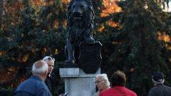 """Бронзовият паметник се върна на мястото на """"1300 г. България"""" (вижте снимки в галерията)"""