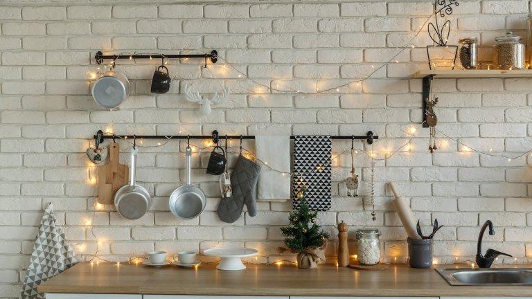 Експериментирайте с осветлението Не сме свикнали съвсем да виждаме лампички в кухнята. Е, ясно е, че това няма да е най-практичното осветление, ако готвим нещо, но може би ще внесе неочакван уют, когато седнем да се храним. Въобще не пречи да се опита, а ако ви изглежда решение по-скоро за празничните дни около Коледа - пробвайте тогава и преценете дали да не остане и след като махнете елхата.