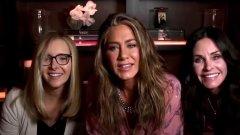 """""""Приятели"""" по време на наградите """"Еми""""  Един от най-любопитните сегменти от церемонията """"Еми"""" 2020 събра на екран трите жени от култовия сериал """"Приятели"""" - Моника, Рейчъл и Фийби.  Кимъл се свърза с Дженифър Анистън (Рейчъл), към която изненадващо се присъедини Кортни Кокс (Моника). На учудването на Кимъл, че тя е там, Кокс отвърна с """"Естествено, че съм тук. Ние живеем заедно"""". """"Ние сме съквартирантки от 1994 г."""", допълни Анистън, визирайки годината, в която """"Приятели"""" за пръв път се появява на екран, а нейната героиня Рейчъл заживява с Моника.  Към тях се присъедини и Лиса Кудроу (Фийби) в един от редките моменти, в който трите актриси са били заедно пред камера от края на """"Приятели"""" през 2004 г. насам.  Тези дребни събирания обаче остават просто дразнител за феновете на комедийния сериал, които от години настояват за нещо повече. Всички шестима актьори от """"Приятели"""" трябва да се съберат за специално шоу (без сценарий), което да се излъчи в платформата HBO Max, но пандемията доведе до отлагането му."""