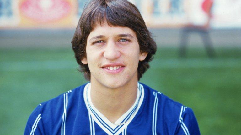 """13. Гари Линекер  Юнайтед на два пъти имаше шанс да купи Гари Линекер в края на 80-те, но и двата се оказаха неуспешни. Първият дойде през 1988-а, когато Барселона искаше 2,5 млн. паунда за него. Но Юнайтед тъкмо си бе върнал Марк Хюз именно от Барса за 1,8 млн. паунда и нямаше да похарчи толкова пари за още един нападател.  Линекер остана на """"Камп Ноу"""" още един сезон, след който Тотнъм плати за него 1,1 млн. паунда. Според нападателя, Юнайтед е имал интерес към него и тогава, но се озова на """"Уайт Харт Лейн"""". """"Все пак трябва да имаме предвид, че Манчестър Юнайтед от 1989-а не беше този Манчестър Юнайтед, в който се превърна четири или пет години по-късно"""", казва Линекер."""