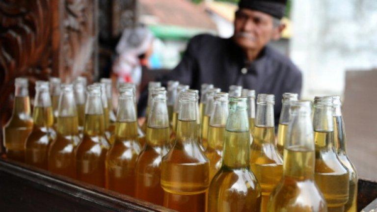 Кокосово масло  Кокосовото масло е приблизително идентично на зехтина от гледна точка на общото си съдържание на калории и мазнини.   Само че в една супена лъжица зехтин се съдържа само 1 гр. наситени и над 10 грама здравословни моно- и полиненаситени мазнини.   За сметка на това - една супена лъжица кокосово масло съдържа внушителните 12 грама наситени мазнини и само 1 гр. от здравословните.   Експертите препоръчват да се избягва приемът на наситени мазнини заради връзката им с повишаването на холестерола и риска от диабет тип 2.