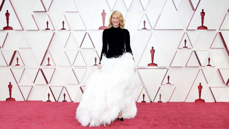"""Лора ДърнЗвездата от """"Големите малки лъжи"""" и """"Малки жени"""" избира класическа черно-бяла комбинация, дело на Oscar de la Renta."""
