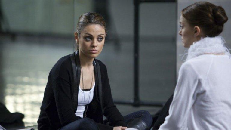 Черният лебед   В едно от поредните си видения Нина, героинята на Натали Портман, влиза в гореща сцена с колежката си Лили (в ролята - Мила Кунис).   В реалния живот Нина е уплашена до смърт от своята конкурентка, но в халюцинациите си й се отдава изцяло. Резултатът са психеделични, но и доста секси кадри.