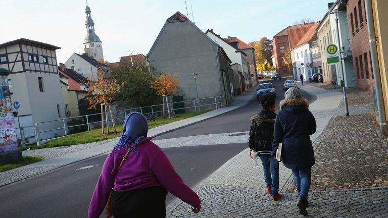 Швеция е една от страните с благосклонна приемна политика. Или поне до 2015 г., когато въведе по-строги изисквания за прием заради огромния имиграционен поток. Така или иначе в момента в страната живеят хиляди чужденци, които Швеция опитва да интегрира и трудно предпазва в ситуацията с коронавируса
