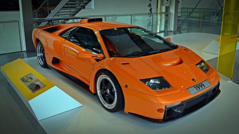 Lamborghini DiabloТова е една от суперколите на 90-те със своя 12-цилиндров двигател и футуристичен за времето си спортен дизайн. В момента, ако искате да я притежавате, може да ви струва цяло състояние заради колекционерската си стойност.
