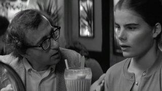 """Моделът Кристина Енгелхард твърди, че когато е била на 17 е започнала сексуална връзка с популярния режисьор. Разкрива това десетилетия по-късно след като за пореден път гледа филма """"Манхатън"""" (на снимката) и вижда себе си в историята, написана от Алън.  разкри историята си с режисьора"""