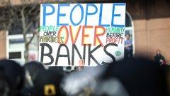 Франкфурт. Европейската Централна Банка открива своята нова сграда. От една страна, в сградата на церемонията по откриването се министри и банкери. От друга страна, пред сградата са група от крайно левите Blockupy, които трошат околностите