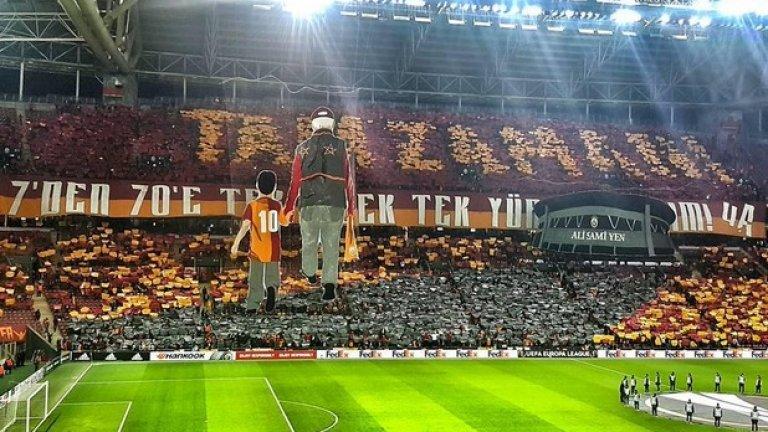 """Ултрасите на Галатасарай повториха хореография, с която изпратиха стария си стадион """"Али Сами Йен"""" преди няколко години. Сега я направиха на новия, срещу Лацио в Лига Европа."""
