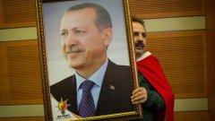 """81 огромни лед-екрана ще бъдат инсталирани на централните площади във всичките 81 окръга на Турция, на които на живо ще се предава митингът от """"Йеникапъ""""."""