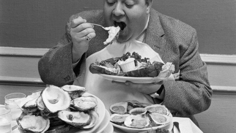 8. Променете начина си на хранене Не е нужно да дъвчете храната 30 пъти преди да преглътнете, както ви е казвала баба ви. Но се опитайте да ядете хапка по хапка, не пълнете устата си с втора преди да сте преглътнали първата. Тук трикът е в самото оставяне на прибора между хапките. И, разбира се, научете се да си правите порции. Изядете ли го – няма допълнително.