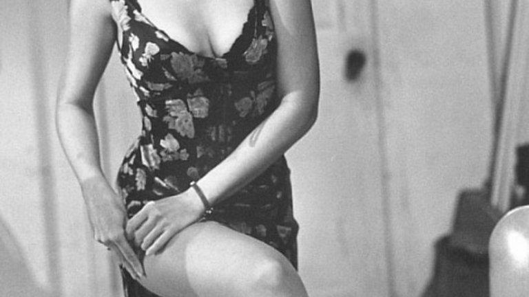 Още на 17 тя започва да трупа слава, но първо като модел. Атрактивният й външен вид я прави подходяща за търсачите на модни таланти и първите й ангажименти, след като се премества от Хонолулу в Лос Анджелис са на модния подиум.