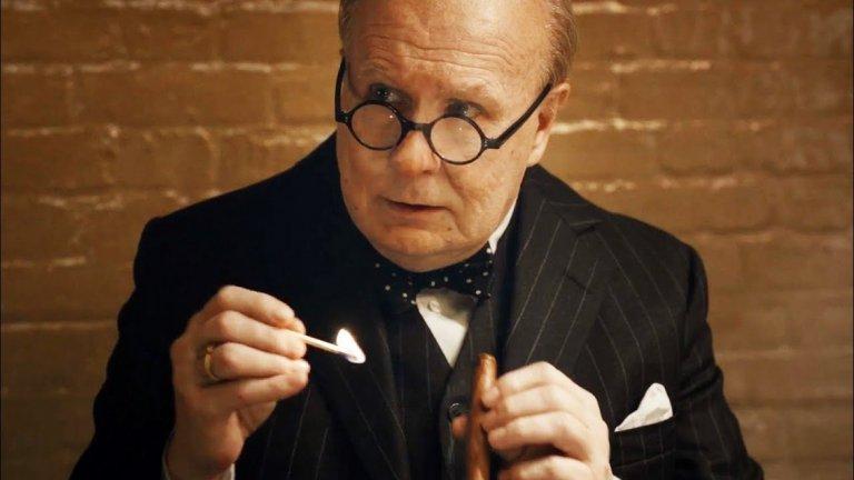 """Гари Олдман - Уинстън Чърчил   Гари Олдман съвсем заслужено взе наградата """"Оскар"""" за най-добра мъжка роля в """"Най-мрачният час"""". Актьорът съумява да е циничен и арогантен до безобразие в точните моменти и комичен, когато е необходимо. Дори страстта на Чърчил към доброто питие е изиграна идеално."""