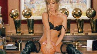 """Собственикът на Лейкърс """"го правеше само с млади момичета"""". След това прехвърли клуба на дъщеря си, която се снима за Playboy"""