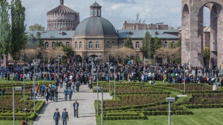 Тълпи присъстват на канонизирането на жертвите на арменския геноцид в Ечмиадзин - главния административен и катедрален комплекс на Арменската апостолическа църква
