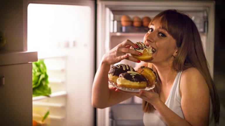3. Преработените храни съдържат твърде много захар Преработените храни обикновено съдържат изключително много добавена захар или нейния зъл близнак – глюкозо-фруктозен сироп.  Захарта  увеличава риска от инсулинова резистентност, повишава нивата на триглицериди и лош холестерол и води до натрупване опасни висцерални мазнини около вътрешните органи. Не е изненадващо, че прекомерната консумация на захар е пряко свързана с някои от водещите причини за смърт в световен план – сърдечно-съдови заболявания, диабет, затлъстяване и рак. Най-вероятно сте наясно с тези факти и затова внимавате колко захар слагате в сутрешното си кафе. Проблемът е, че приемате захар от много други източници, без дори да подозирате – именно, преработените храни. Те са основният източник на рафинирана захар в менюто на съвременния човек.