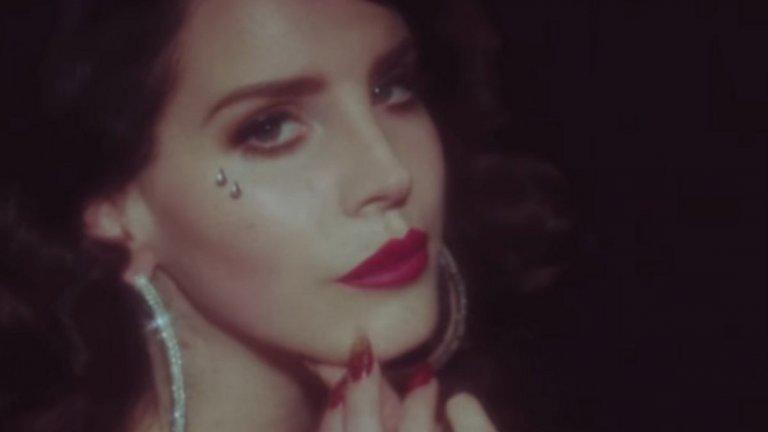 Lana Del Rey - Cola  Лана изкушава вкусовите рецептори с това парче, което сериозно засилва слюноотделянето и дава добри идеи за прекарване на съботно-неделните утрини и следобеди.