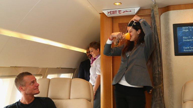 Като опитна стюардеса, Ана показа как се слага кислородната маска.