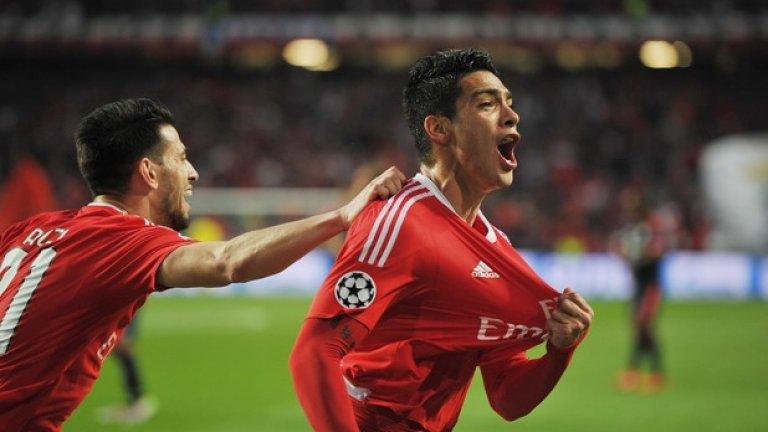 """3. Не е само Ренато Санчес в Бенфика Ренато Санчес може и да е най-коментираният младеж в Португалия, но """"орлите"""" показаха, че разполагат с още млади играчи от топ ниво. Първият голмайстор, Раул Хименес, е на 24 г. Вторият – Талиска – е на 22 г. Сърбинът Лука Йович, само 18-годишен, пък направи дебюта си в Шампионската лига. Дори и да не е Ренато Санчес, бъдете сигурни, че големите отбори ще погледнат към Бенфика през лятото за нови попълнения."""