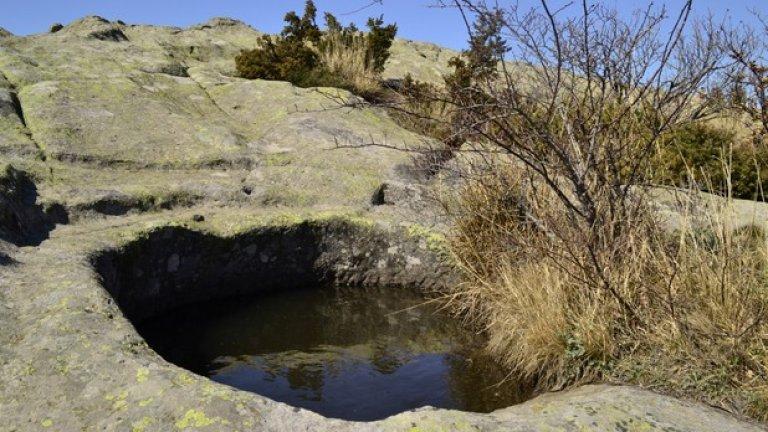 Една от загадките на местността е как тази вода никога не пресъхва!