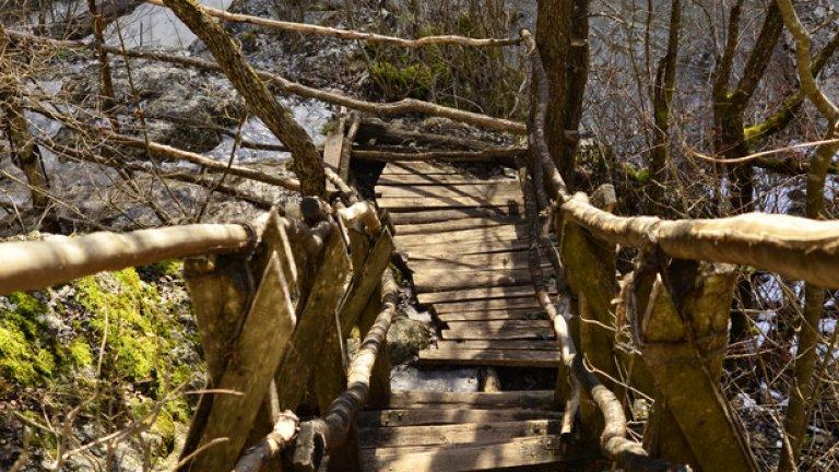 В най-тесния участък над реката е изграден дървен мост, свързващ двата й бряга.