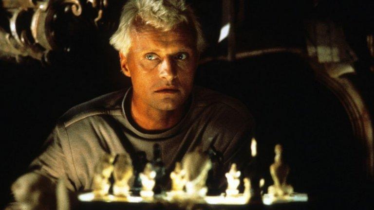 """Репликанти, """"Блейд Рънър"""" (1982 г.)  Репликантите от култовия научно-фантастичен филм не са андроидите, с които сме свикнали от другите холивудски продукции. Те са биоорганични създания, поради което различаването им от истински човек е изключително трудно. Филмът на Ридли Скот е изпъстрен с философски въпроси за разликата между """"истинския"""" и """"изкуствения"""" човек и търсенето на смисъла на съществуването. А понякога това търсене включва и убийства, както ни показва персонажът на Рутгер Хауер. Продължението на филма от 2017 г. още по-силно се заигра с темата за божествените претенции на хората (жалко, че не видяхме повече от персонажа на Джаред Лето) и отношението към репликантите като към животни, които могат да бъдат убити ей така."""