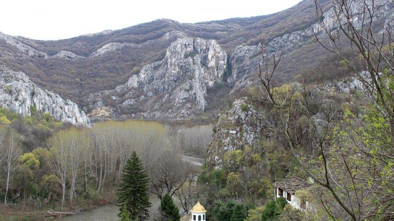 Накъдето и да се обърнете, сте обградени от внушителните гледки на Стара планина, чиито отвесни склонове сякаш пазят от всички страни не по-малко красивия манастирски комплекс.