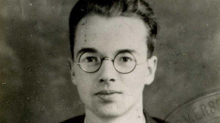 """Клаус Фукс Като беглец от нацисткия режим на Хитлер, Фукс търси убежище във Великобритания, където получава гражданство и завършва докторантура по ядрена физика. По време на Втората световна война е поканен да участва в британската ядрена програма, въпреки явните си комунистически пристрастия. Малко след това заминава за САЩ и в продължение на няколко години е важна част от проекта """"Манхатън"""" и първите етапи от създаването на водородната бомба.  През 1950 г. ФБР го залавя, а Фукс сам си признава, че е предавал тайно информация на Съветския съюз за развитието на тяхната ядрена програма. Мотивите му са били чисто идеологически, като той е вярвал, че Западът умишлено е въвлякъл Германия и Русия във война. В крайна сметка британският съд го осъжда на 9 години затвор, а после Фукс емигрира в Източна Германия, където е награден с орден """"Карл Маркс""""."""