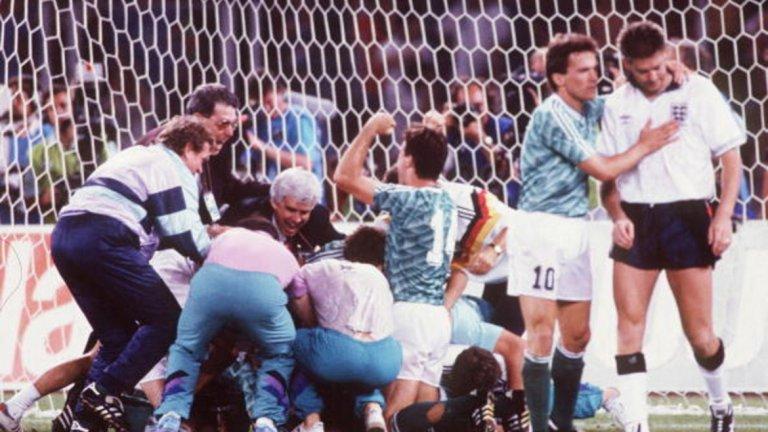 """Накрая печелят германците След световната си титла от 1966 г., Англия никога не е била толкова близо до повторен успех, колкото през 1990 г. Генерацията на Гари Линекер, Пол Гаскойн, Дейвид Плат и Крис Уодъл се класира първа в групата, а след това елиминира, макар и с продължения, Белгия (1:0) и Камерун (3:2). Полуфиналът срещу Западна Германия завършва при 1:1 в редовното време и продълженията, плюс непризнат гол на Плат заради засада. На дузпите Стюърт Пиърс и Крис Уодъл пропускат, докато немците са точни четири пъти поред. След този мач Линекер казва: """"Футболът е проста игра. 22-ма ритат топката и накрая германците печелят"""".  Германците печелят по същия начин и полуфинала с Англия на Евро `96, когато двата отбора правят 1:1 на """"Уембли"""". Но Бундестимът вкарва шест дузпи една след друга във вратата на Дейвид Сиймън, докато Гарет Саутгейт изпуска удара си. На Евро 2000 англичаните си го връщат, като бият Германия с 1:0. И двата отбора отпадат още в групата за сметка на Португалия и Румъния. А на световното през 2010 г. германците печелят с 4:1, което е и най-голямата им победа срещу Англия на такива първенства."""