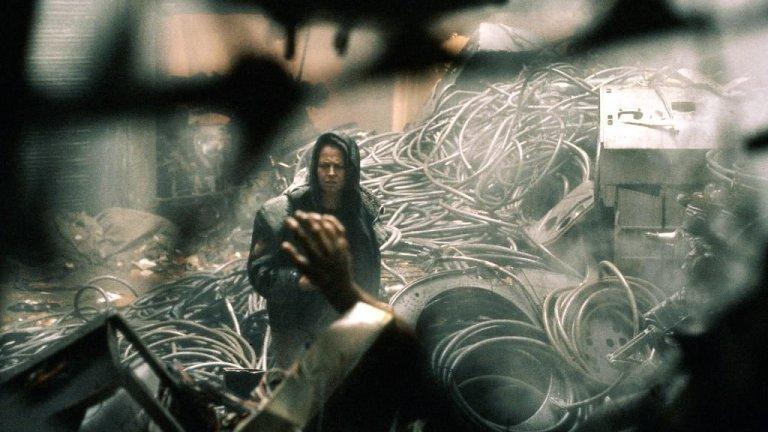 """""""Пришълецът 3"""" (Alien 3)Година:1992Връщаме се няколко години назад към първия филм на режисьора. Никой дебютант в историята на киното не е получавал бюджет от 65 милиона долара, за да снима филм, камо ли да ексхумира мащабен холивудски франчайз.  27-годишният Финчър обаче получава този шанс, но за жалост не се справя брилянтно – той започва снимки без готов сценарий и хвърля героинята от поредицата Елън Рипли (Сиго̀рни Уийвър) в ядрото на хорър кашата, която забърква.По-късно той се отрича от целия филм и не дава интервюта, свързани с него, но ние все пак смятаме, че има защо да го гледате – визуалният стил безпогрешно сочи към Финчър със своето трескаво осветление и зловещи сенки, а и всъщност е доста ефективен филм на ужасите, макар насилието да е може би прекомерно в сравнение с останалите части от поредицата."""