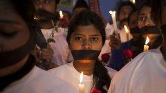 """""""Дъщерята на Индия"""", 2015 (India's Daughter)  Tова е документален филм за случая с груповото изнасилване на 23-годишната физиотерапевтка Джоти Сингх, което се случи през декември 2012-та година в автобус в квартал в Южно Делхи. Филмът трябваше да се излъчи в Индия миналата година за 8 март по случай Международния ден на жената, но властите в страната го забраниха със заповед на съда. Като причина бяха посочени най-различни аргументи: от показване в лоша светлина на страната, до липса на обективност. Като реакция на забраната, BBC забърза датата на премиерата по телевизията, а съпричастни качиха филма в YouTube (към днешна дата вече го няма)."""