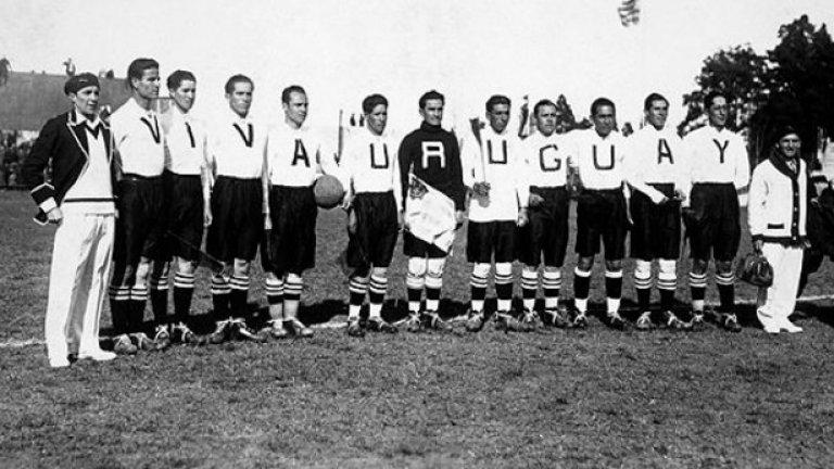 """1. Боливия (1930)  Националният отбор на Боливия се появява на първото световно първенство в Уругвай през 1930 г. с бели фланелки, като на всяка от тях има по една буква, а всички оформят надписа """"Viva Uruguay"""". Така боливийците решават да отдадат почит на домакина на първенството, но очевидно ефектът се губи веднага щом мачът започне и играчите се разпръснат по терена с по една буквичка по себе си. Боливия отпада още в началото на Мондиал 1930, но завинаги се запомня с нелепите екипи."""