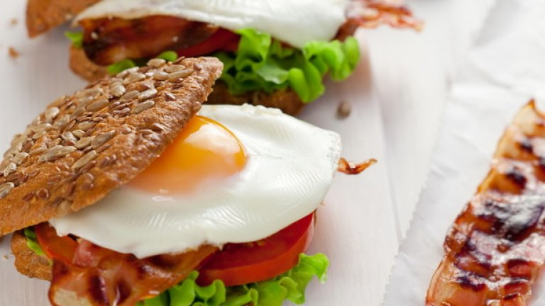 Яйчни белтъци  Доста хора започнаха да отделят жълтъците на яйцата, след като хранителните експерти предупредиха за наличието на холестерол в тях.   Тук обаче има добра новина: все повече проучвания показват, че холестеролът, който приемаме с храната, почти няма ефект върху съдържанието на холестерол в кръвта - поне при огромното мнозинство от хората.   Освен ако не страдате от наднормено висок холестерол, няма нужда да ровите в чинията, за да отделите жълтъка от белтъка.