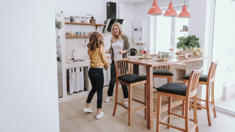 Висока маса Обичайно масите за хранене имат средна височина между 74 и 78 см., а столовете около нея са достатъчно ниски, за да допират краката ви земята.  Ето едно малко по-нестандартно предложение - купете си висока маса и бар столове (или такива, които отговарят на височината ѝ). По този начин неусетно ще започнете да възприемате кухнята и като място, където например да седнете с лаптоп, за да работите, или да поканите гости, с които не само да седнете и да хапнете, а да чувствате атмосферата малко по-близка до тази в заведение.