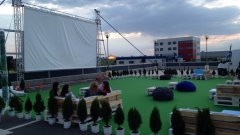 Зелена трева, бар и удобни места за сядане очакват гостите на лятното автокино в Бургас
