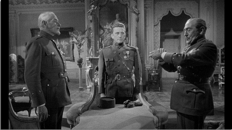 """""""Пътищата на славата"""" (Paths of Glory)  Това е един от най-известните филми с участието на Кърк Дъглас. Действието се развива по време на Втората световна война. Полковник Дакс (Дъглас) е командващ офицер на френските войници, които отказват да продължат самоубийствена атака. След това Дакс трябва да защитава подчинените си в тежък процес срещу тях.  Анти-военният филм от 1957 г. е на режисьора Стенли Кубрик и е базиран на новелата със същото име от Хъмфри Коб."""