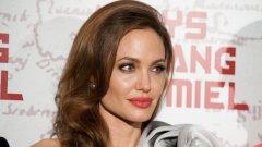 """""""Никога не съм се чувствала удобно като актьор. Никога не ми е харесвало да съм пред камера"""",  каза Джоли в интервю наскоро."""