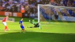 Юноша на Юнайтед със спасяването на сезона (видео)