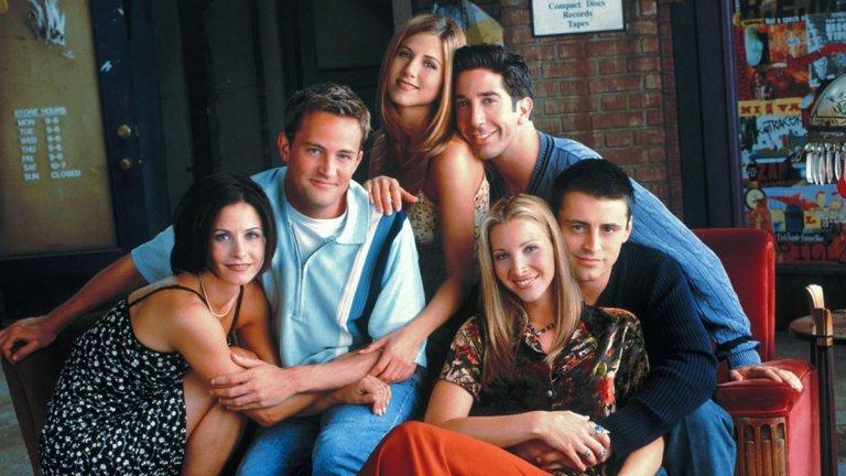 """Friends (""""Приятели"""") Сезони: 10 Епизоди: 240  Нямаше как да не споменем поне едно класическо заглавие. Не само заради наскоро отложеното събиране на актьорския състав, но и заради факта, че """"Приятели"""" е от сериалите, които могат да бъдат гледани отново и отново, включително и по време на социална изолация. Дори в офиса има хора, които не разбират какво толкова му харесват феновете на този сериал. Отговорът може би е в отразяването на всички онези така характерни за живота, порастването и приятелството моменти, през които всеки преминава. От безгрижните дни, през любовните тревоги,  финансовите трудности, до неизбежното узряване, раздялата с приятелското """"семейство"""" и създаване на истинско такова."""