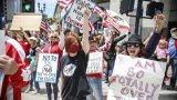 """""""Страната на свободата"""" по време на пандемия (на снимката: жители на Сан Диего, щата Калифорния, протестират с искане за смекчаване на мерките срещу COVID-19)"""
