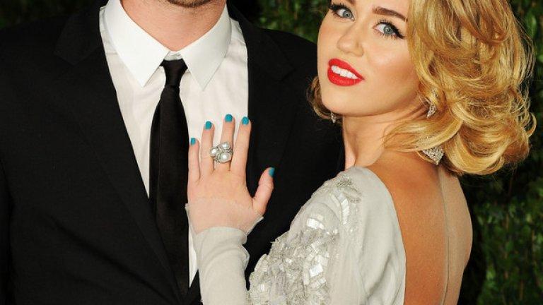 """Майли Сайръс и Лиъм Хемсуърт   Майли и Крис се събираха и разделяха през годините толкова пъти, че вече е трудно да ги преброим. Те се сгодиха, след това скъсаха, след това пак се събраха... В момента звездите отново са заедно и всячески се опитват да докажат, че са прекрасна и много влюбена двойка.   Няма как да не се запитаме дали двойката не се събира като """"по поръчка"""", когато има нужда от малко реклама и добър имидж за пред камерите. Факт е, че всеки път, в който скандалната певица се върне при Хемсуърт, започва да изглежда доста по-симпатична и мила на публиката."""