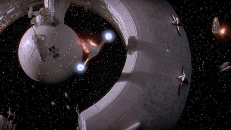 Става дума за финала на филма, където зрителят трябва да следи 4 едновременно развиващи се действия. Първо, в космоса около планетата Набу се води космическа битка, в която участва малкия Анакин Скайуокър (бъдещият Дарт Вейдър).