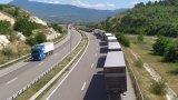 Километрични опашки бавят с часове пътуващите към Гърция