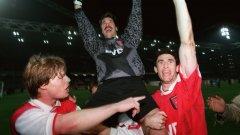 Въпреки несполуките си на домашната сцена, този отбор на Арсенал стигна до финала за КНК през 95-а, когато обаче загуби от Реал Сарагоса с 1:2 с фатално допуснат гол минута преди края на продълженията. Ето какво стана с основните играчи от този състав