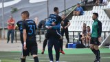 """Станислав Костов празнува с Георги Тодоров гол през първото полувреме, който обаче не бе зачетен заради игра с ръка на """"синия"""" нападател"""