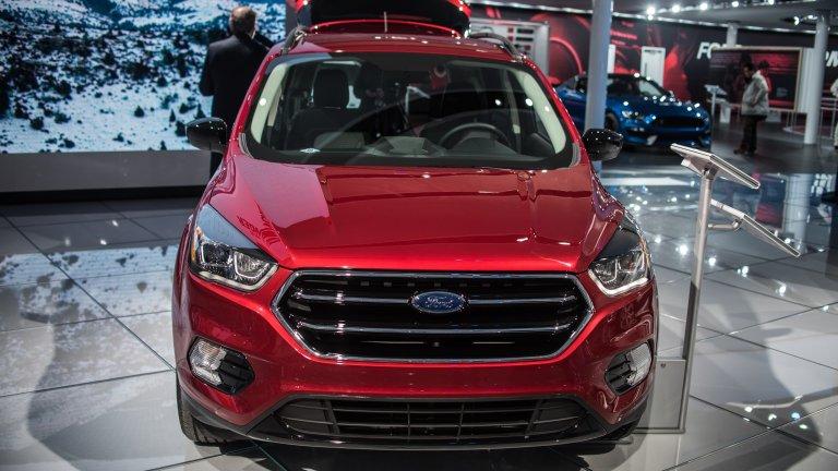 Ford Escape Като повечето производители и Ford се преориентира към кросоувъри и SUV, като с Escape производителите се опитаха да съчетаят модерните тенденции в автомобилостроенето с добрите, стари ниски коли. Това е трудна задача и Ford се опитва да я изпълни с предлагането на две хибридни версии, които са много приятен вариант за компактния SUV сегмент.