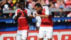 Джоъл Кембъл празнува с Франсис Куклен гола си, с който Арсенал излезе напред в резултата