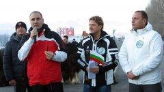 Абсурдите в България край нямат - само тук управляващите излизат на протест, въпреки че разполагат с цялата власт, за да решат проблемите, за които се протестира